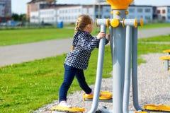 Девушка на парке тренера весной Стоковые Изображения