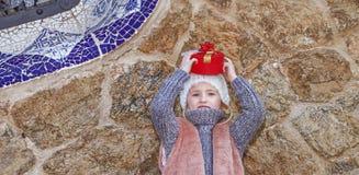 Девушка на парке Guell в Барселоне, Испании держа подарок рождества Стоковые Фото