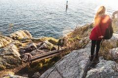 Девушка на парке Whytecliff около Horseshoe залива в западном Ванкувере, ДО РОЖДЕСТВА ХРИСТОВА Стоковое Фото