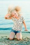Девушка на песке около воды Стоковая Фотография RF