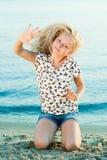 Девушка на песке около воды Стоковые Фотографии RF