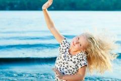 Девушка на песке около воды Стоковые Изображения RF