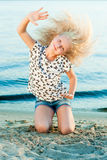 Девушка на песке около воды Стоковое Изображение RF