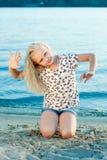 Девушка на песке около воды Стоковое фото RF