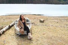 Девушка на плоскодонке замороженным озером стоковые фото