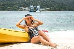 Девушка на пляже с каное Стоковая Фотография