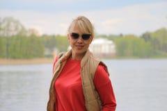 Девушка на побережье стоковые фото