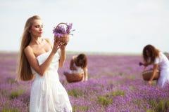 Девушка на поле лаванды Стоковое Изображение