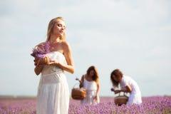Девушка на поле лаванды Стоковое фото RF