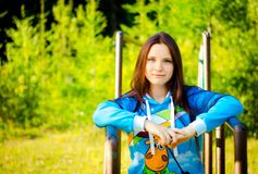 Девушка на предпосылке зеленого леса стоковое изображение rf