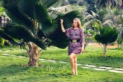 Девушка на предпосылке пальмы стоковые изображения rf