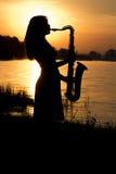 Девушка на предпосылке рассвета ландшафта на банках реки Стоковое Изображение
