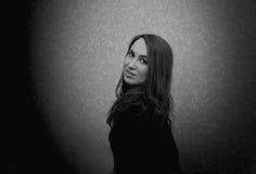 Девушка на предпосылке стены Стоковая Фотография RF