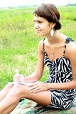 Девушка на природе случая компьтер-книжки Стоковая Фотография RF
