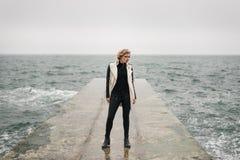 Девушка на пристани ждет кто-то стоковое изображение