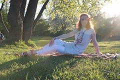 Девушка на прогулке в парке осени Молодая рыжеволосая девушка в Стоковое Фото
