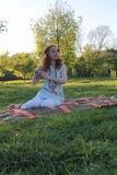 Девушка на прогулке в парке осени Молодая рыжеволосая девушка в Стоковая Фотография RF
