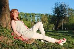 Девушка на прогулке в парке осени Молодая рыжеволосая девушка в Стоковое Изображение