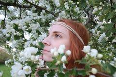 Девушка на прогулке в парке осени Молодая рыжеволосая девушка в Стоковые Фото