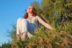 Девушка на прогулке в парке осени Молодая рыжеволосая девушка в Стоковое фото RF
