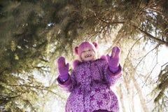 Девушка на прогулке зимы Стоковое Изображение RF
