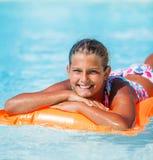 Девушка на плавательном бассеине Стоковые Фотографии RF