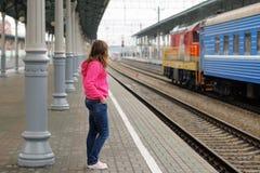 Девушка на платформе железнодорожного вокзала Стоковая Фотография RF