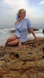 Девушка на пляже, блондинка морем стоковое изображение rf