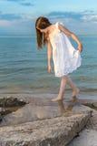 Девушка на пляже ища seashells Стоковые Фотографии RF