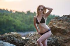 Девушка на пляже на сумраке Стоковое Изображение