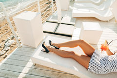 Девушка на пляже с коктеилем Стоковое Фото