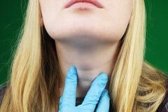 Девушка на рассмотрении на докторе тиреоид стоковая фотография