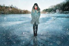 Девушка на реке зимы Стоковое Изображение
