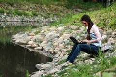 Девушка на реке утеса Стоковое фото RF