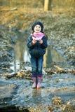 Девушка на речном береге играет бумажную шлюпку Стоковая Фотография