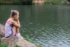 Девушка на речном береге Стоковое Изображение RF