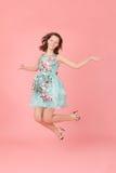 Девушка на розовой предпосылке Стоковое Фото