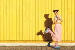 Девушка на роликах с мороженым стоковые изображения rf