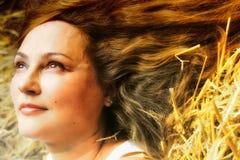 Девушка на сеновале Стоковые Фото