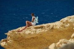 Девушка на скале Стоковые Изображения