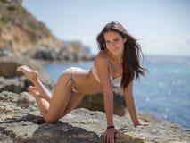 Девушка на скалистом seashore Стоковые Изображения RF