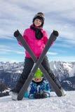 Девушка на снеге под лыжей Стоковая Фотография RF