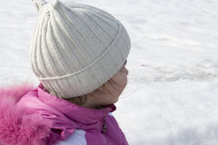 Девушка на снежной улице Стоковые Фотографии RF