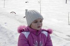 Девушка на снежной улице Стоковое Изображение