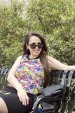 Девушка на солнечных очках стенда нося Стоковое Фото