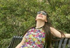 Девушка на солнечных очках стенда нося Стоковые Фотографии RF