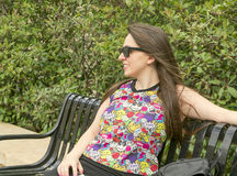 Девушка на солнечных очках стенда нося Стоковые Изображения RF