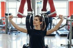Девушка на спортзале на имитаторе Стоковое фото RF