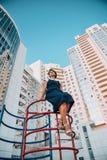 Девушка на спортивной площадке нового жилого комплекса с белыми небоскребами r стоковые фотографии rf
