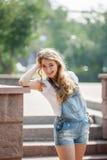 Девушка на стене Стоковое Изображение